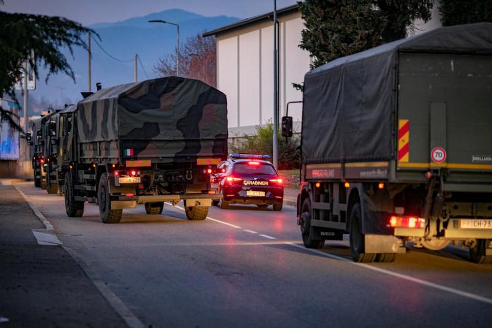 Caminhões de exército utilizados para levar corpos da Covid-19 na Itália nesta quinta-feira (19) — Foto: Sergio Agazzi.Fotogramma via Reuters