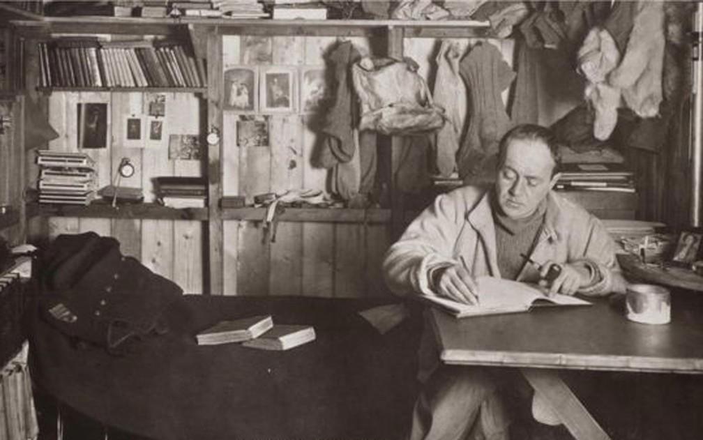 Explorador britânico Robert Falcon Scott, que chegou ao Polo Sul em 1912, mantinha diário para registrar a expedição — Foto: Herbert Pointing/Wikipedia