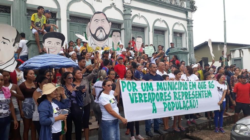 Manifestantes fizeram parada em frente à Prefeitura que estava de portas fechadas (Foto: Ley Ferreira/Arquivo pessoal)
