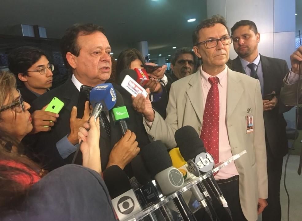 O líder do PTB na Câmara, Jovair Arantes, ao anunciar decisão da bancada de manter a indicação de Cristiane Brasil para o Ministério do Trabalho (Foto: Fernanda Vivas/TV Globo)