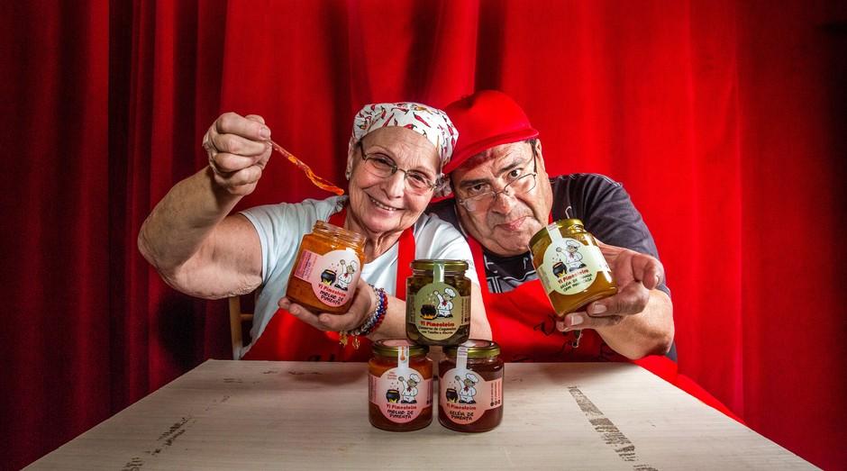 Elaine Cypukovas Guimarães é aposentada. Ela e seu marido, Vicente, buscam alternativa de renda. Para isso, criaram a Vi Pimenteiro, negócio de conservas à base de pimenta (Foto: Reprodução/Agência Sebrae-SP)