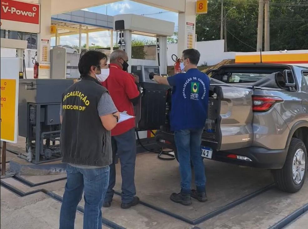 Fiscais do Instituto de Defesa do Consumidor (Procon-DF) realizam operação em postos de combustíveis do DF  — Foto: Procon/Divulgação