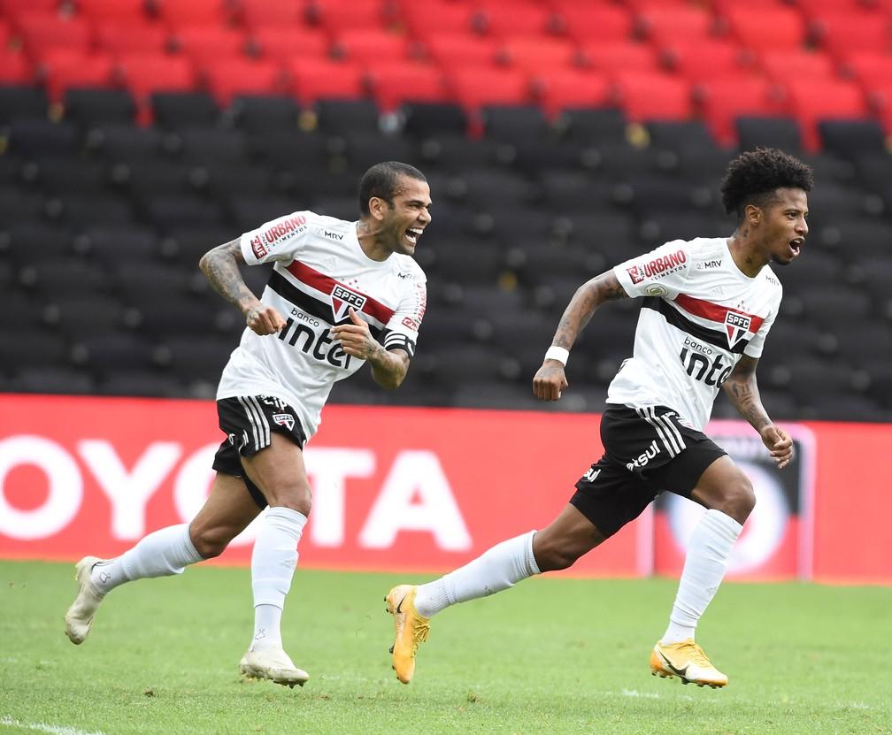 Daniel Alves e Tchê Tchê comemoram gol do São Paulo contra o Flamengo — Foto: André Durão