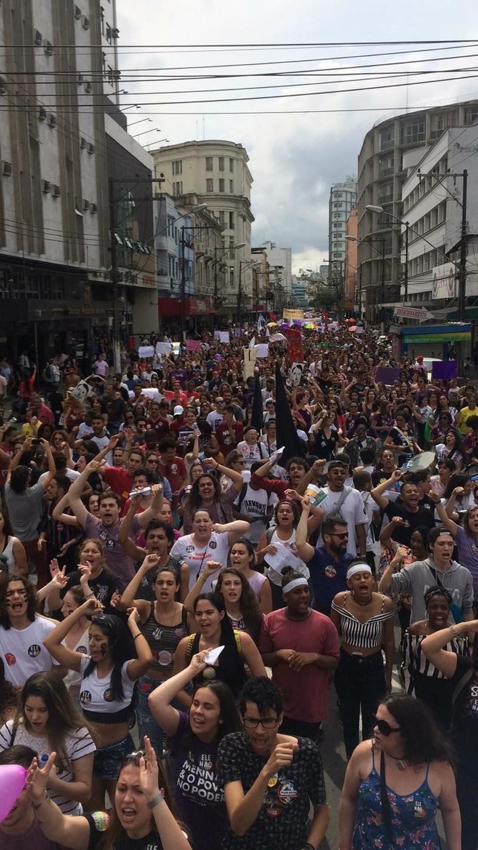 MG - Juiz de Fora: Manifestantes contra Bolsonaro percorreram o Centro neste sábado (29) — Foto: Mônica Cury/Arquivo Pessoal