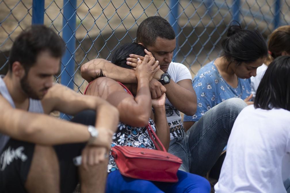 Pessoas aguardam por informações sobre familiares em frente ao Centro de Comando de Crise, organizado pelo governo do estado em Brumadinho, depois do rompimento da barragem da Vale. — Foto: Mauro Pimentel/AFP