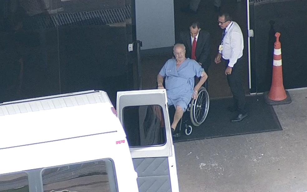 Deputado Paulo Maluf (PP-SP) é auxiliado em aeroporto de Brasília para seguir até avião onde será transportado a São Paulo (Foto: TV Globo/Reprodução)