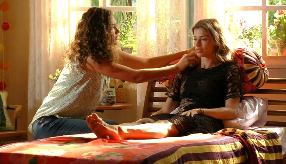 Ester (Grazi Massafera) passa mal e descobre que está grávida, em 'Flor do Caribe' — Foto: Globo