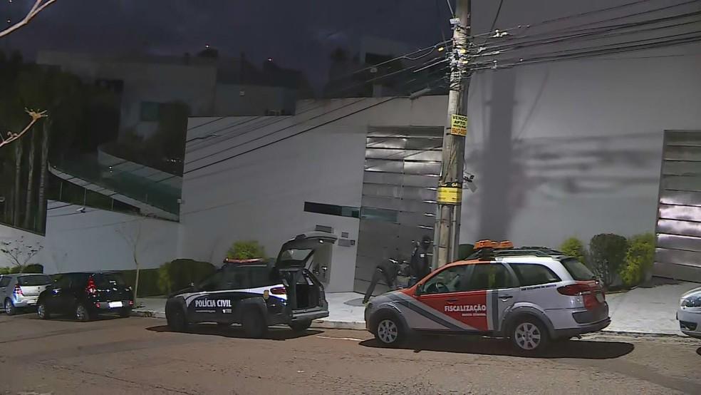Viaturas da Polícia Civil e da Receita Estadual em operação no bairro Belvedere, na Região Centro-Sul de Belo Horizonte — Foto: Reprodução/TV Globo