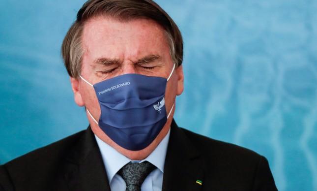 Jair Bolsonaro volta a usar máscara em cerimônia no Planalto