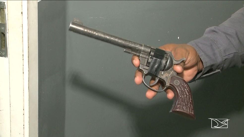 Arma de brinquedo utilizada no assalto ao eletricista no bairro São Francisco, segundo a Polícia Militar. (Foto: Reprodução/TV Mirante)