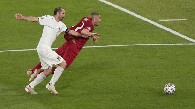 Burak Yilmaz teve atuação apagada, assim como toda a seleção da Turquia