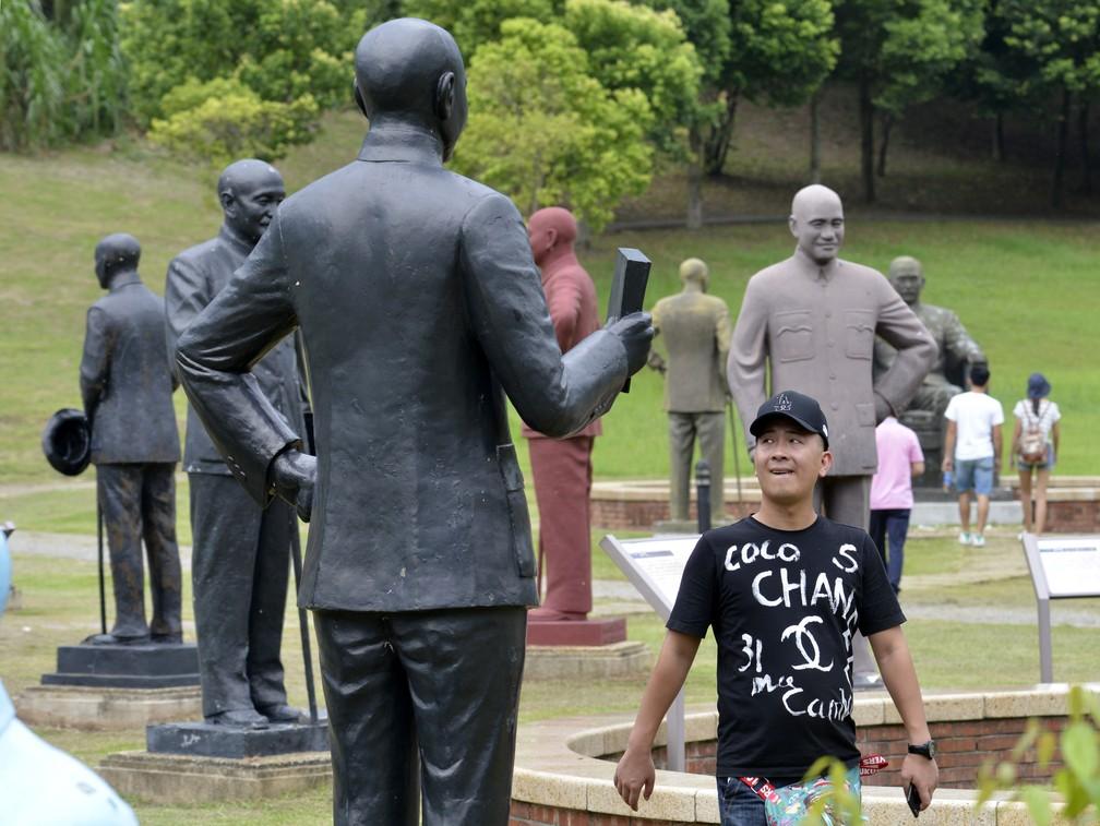 -  Turista passa por estátuas de Chiang Kai-shek em parque dedicado ao ditador na cidade de Taoyuan, no norte de Taiwan  Foto: Sam Yeh/AFP
