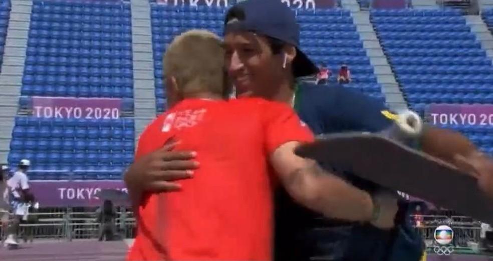 Kelvin e Angelo se abraçando após a grande manobra do Brasileiro  — Foto: Reprodução