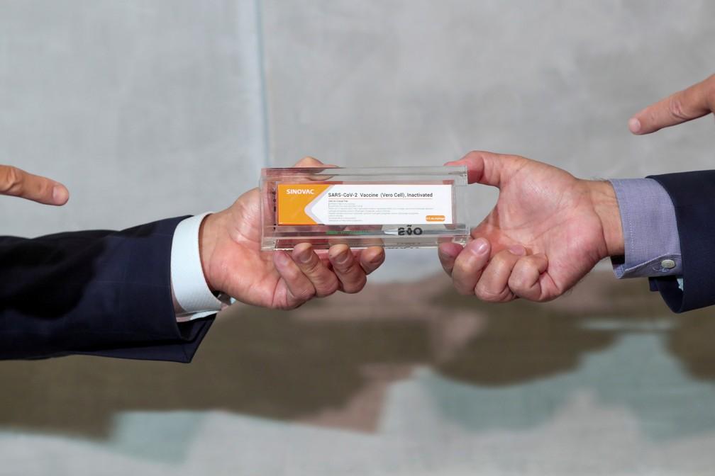 Uma caixa da Sinovac, potencial vacina contra a Covid-19, é vista durante uma entrevista coletiva no Instituto Butantan, em São Paulo, na segunda-feira (9) — Foto: Amanda Perobelli/Reuters