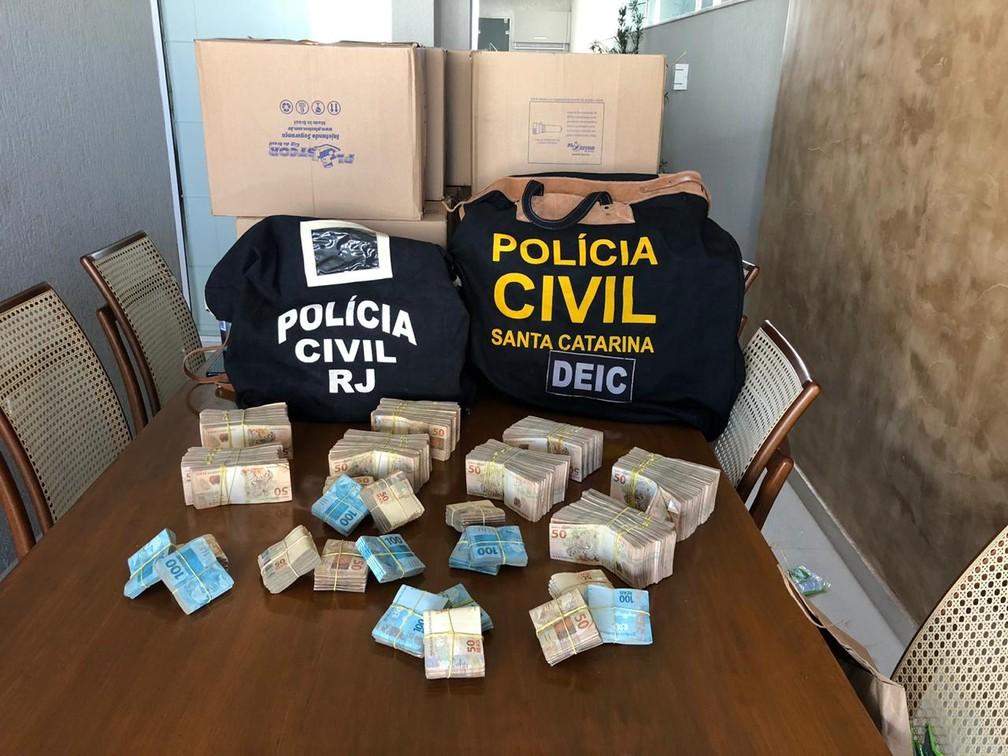 Em maio, as polícias do Rio e de Santa Catarina apreenderam R$ 300 mil na casa de Davi Vernelho, o Didê, em Vargem Grande — Foto: Reprodução
