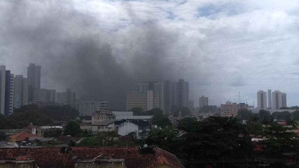 Fumaça oriunda do bloqueio no Cais de Santa Rita é vista a distância (Foto: Camila Torres/TV Globo)