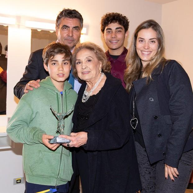Eva wilma com os netos Vitorio, Gabriela e Francisco e o filho John Hebert (Foto: Deividi Correa / AgNews )