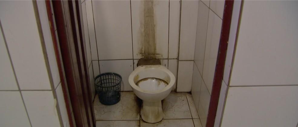 Situação precária dos banheiros foi denunciada por usuários do transporte coletivo (Foto: TVCA/Reprodução)
