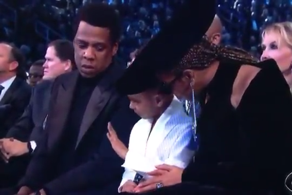 O flagrante do instante no qual a pequena Blue Ivy pede que os pais, Jay-Z e Beyoncé, parem de bater palmas (Foto: Reprodução)