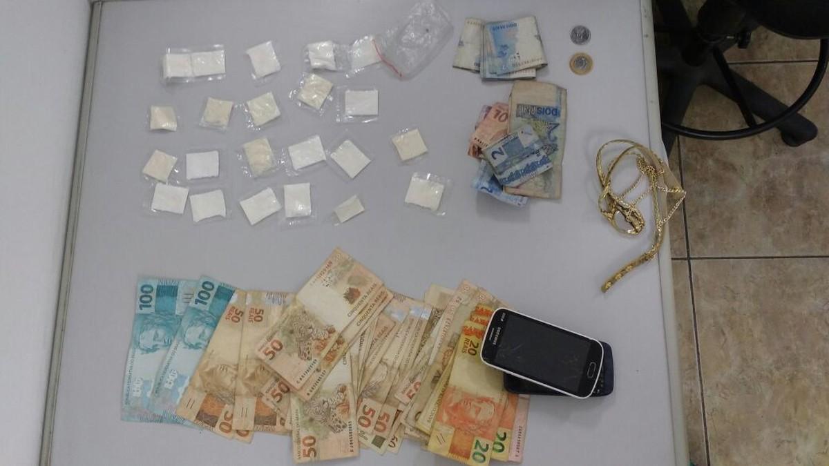 Depois de perseguição, polícia recupera carro roubado e apreende mais de R$ 2 mil e drogas em Mogi