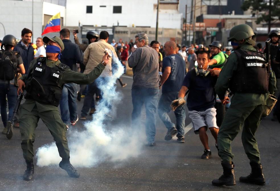 Militar usa gás lacrimogêneo em base aérea em Caracas, na Venezuela — Foto: Carlos Garcia Rawlins / REUTERS