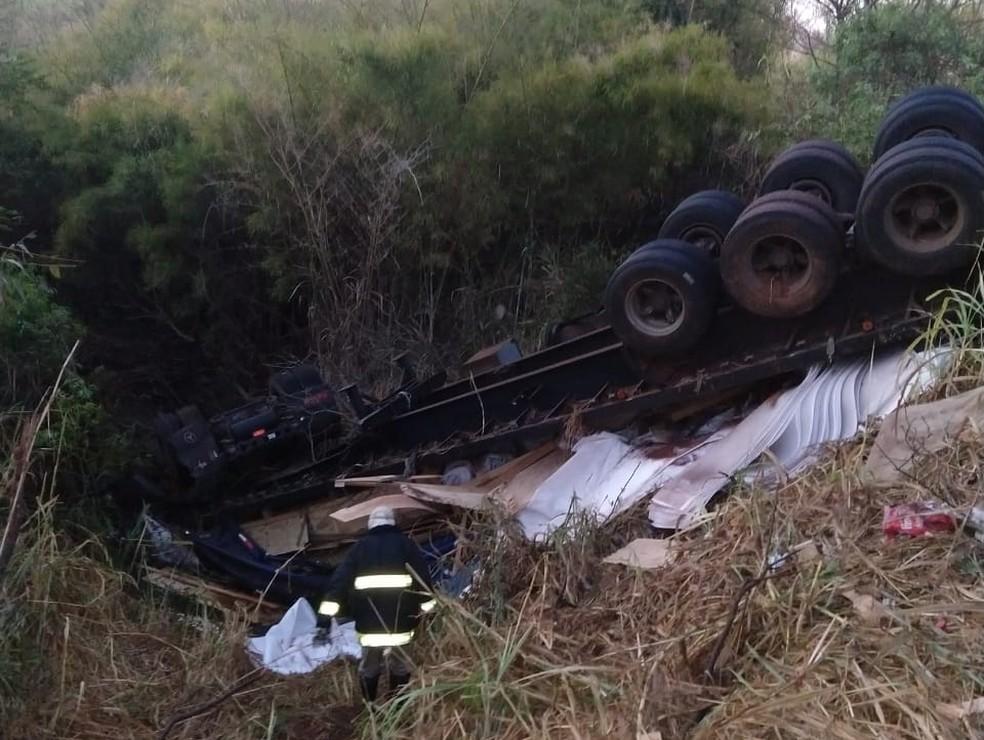 Motorista fica preso nas ferragens após caminhão cair em córrego em Itapura (SP) (Foto: Arquivo pessoal)