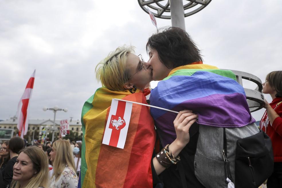 5 de setembro - Duas ativistas LGBT se beijam durante protesto contra os resultados oficiais da eleição presidencial, em Minsk, Belarus — Foto: AP Photo