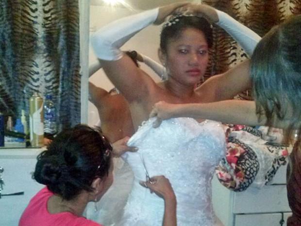 Amigas de Derlane cortam o vestido de noiva (Foto: Derlane Marques/Arquivo Pessoal)