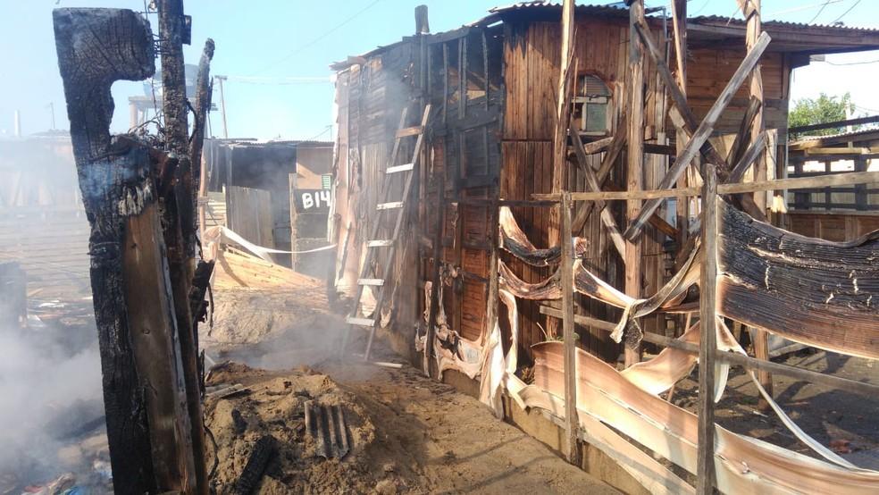Barracos ficaram destruídos após incêndio na comunidade Lagoa Azul em Jacareí (Foto: Arquivo pessoal)