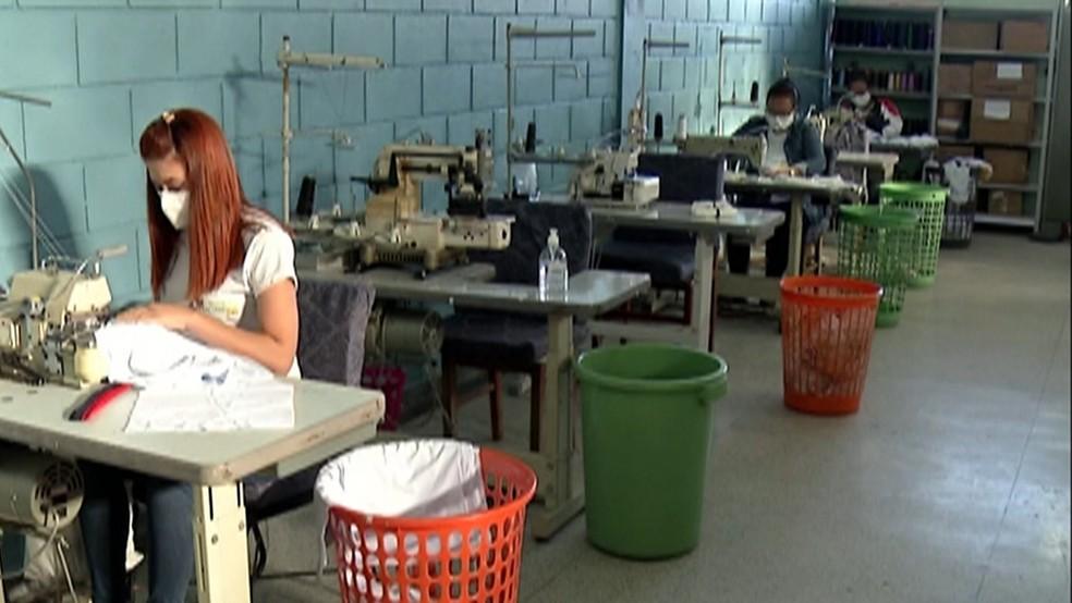 Produção com tecido tecnológico em Biritiba Mirim — Foto: Reprodução/TV Diário