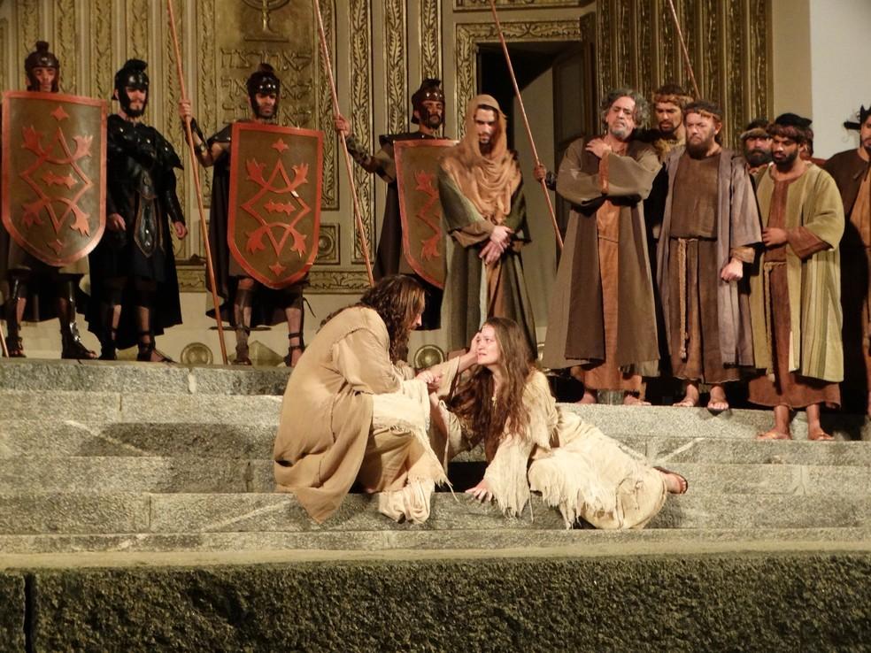 Cenas de Jesus e a mulher adúltera também fazem parte do espetáculo (Foto: Kamylla Lima/ G1)