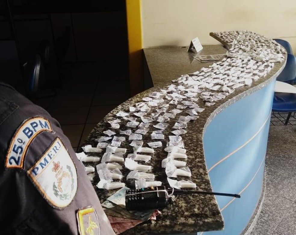 PM apreende maconha, crack e cocaína em comunidade de Cabo Frio, no RJ — Foto: Divulgação/25ºBPM