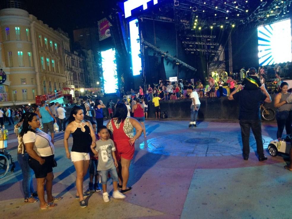 Passagem de som atrai foliões para o Marco Zero (Foto: Marcus Andrey/G1)