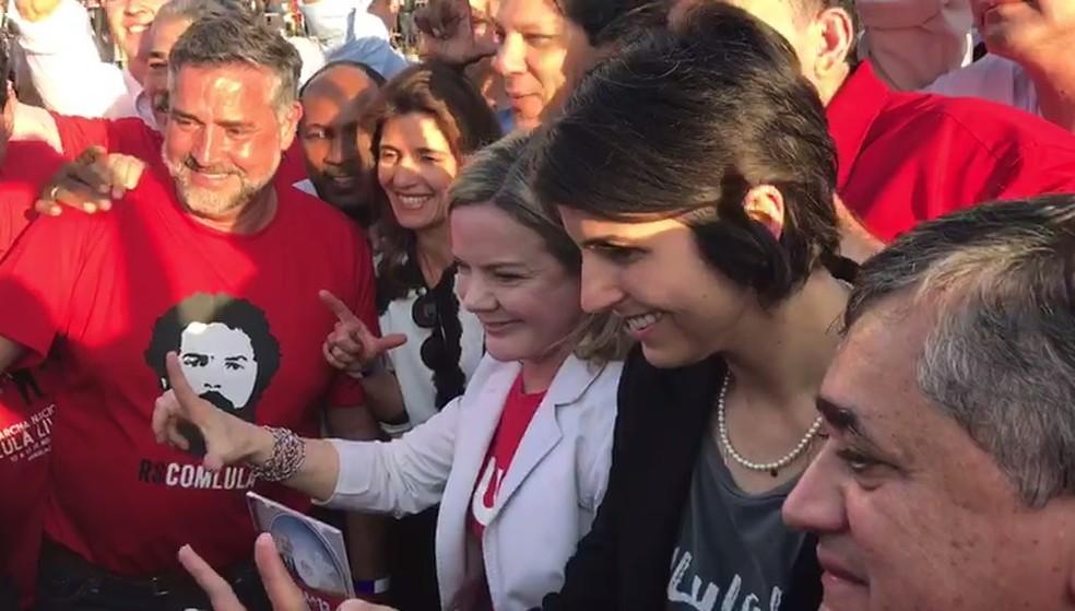 A presidente do PT, Gleisi Hoffmann, ao chegar ao TSE, acompanhada de Fernando Haddad, Manuela D'Ávila e parlamentares (Foto: Gustavo Garcia/G1)