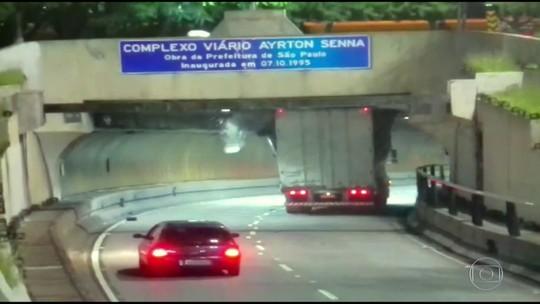 Vídeos mostram caminhões batendo e 'entalando' em pontes e viadutos de SP