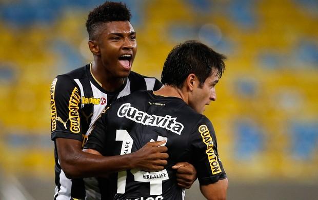 Vitinho e Lodeiro gol Botafogo (Foto: Guito Moreto / O Globo)