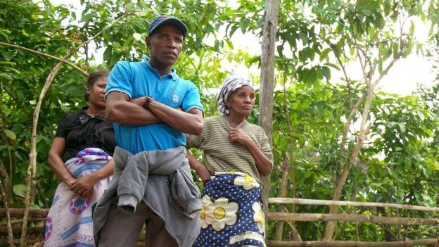 Leon Charles e família: 'Estava trabalhando no meu campo de arroz e aproveitaram para roubar a baunilha. Perdemos tudo' (Foto: BBC)