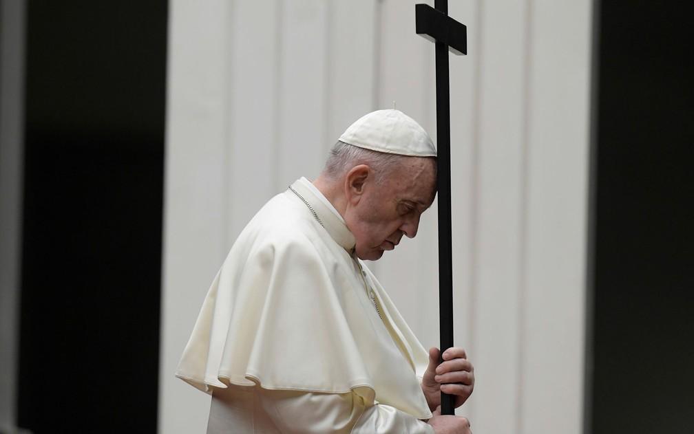 Papa Francisco lidera a procissão de Via Crucis durante a celebração da Sexta-Feira Santa em frente a basílica de São Pedro, no Vaticano, em 10 de abril — Foto: Vatican Media/Handout via Reuters
