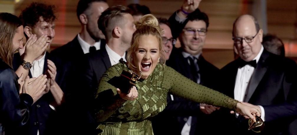Adele segura troféu do Grammy 2017 cercada por seus produtores— Foto: Matt Sayles/Invision/AP