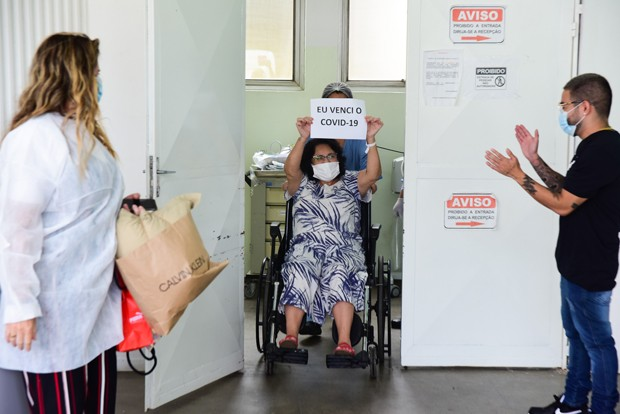 Yudi Tamashiro busca a mãe, Tânia, no hospital após internação por Covid (Foto: Leo Franco / AgNews)