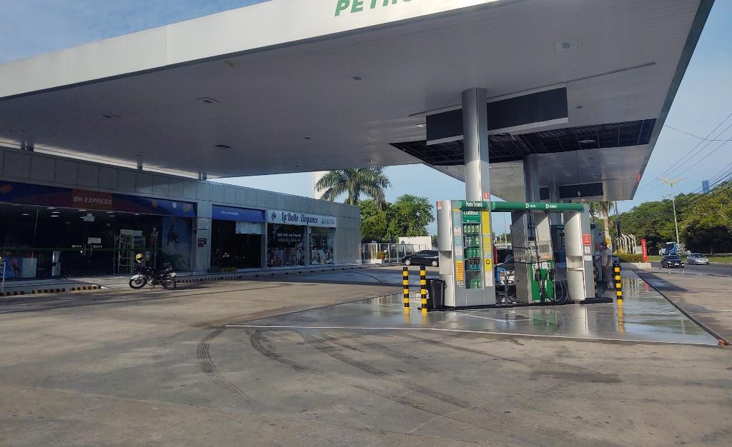 Assaltantes explodem cofre e levam dinheiro de posto de combustível em Manaus