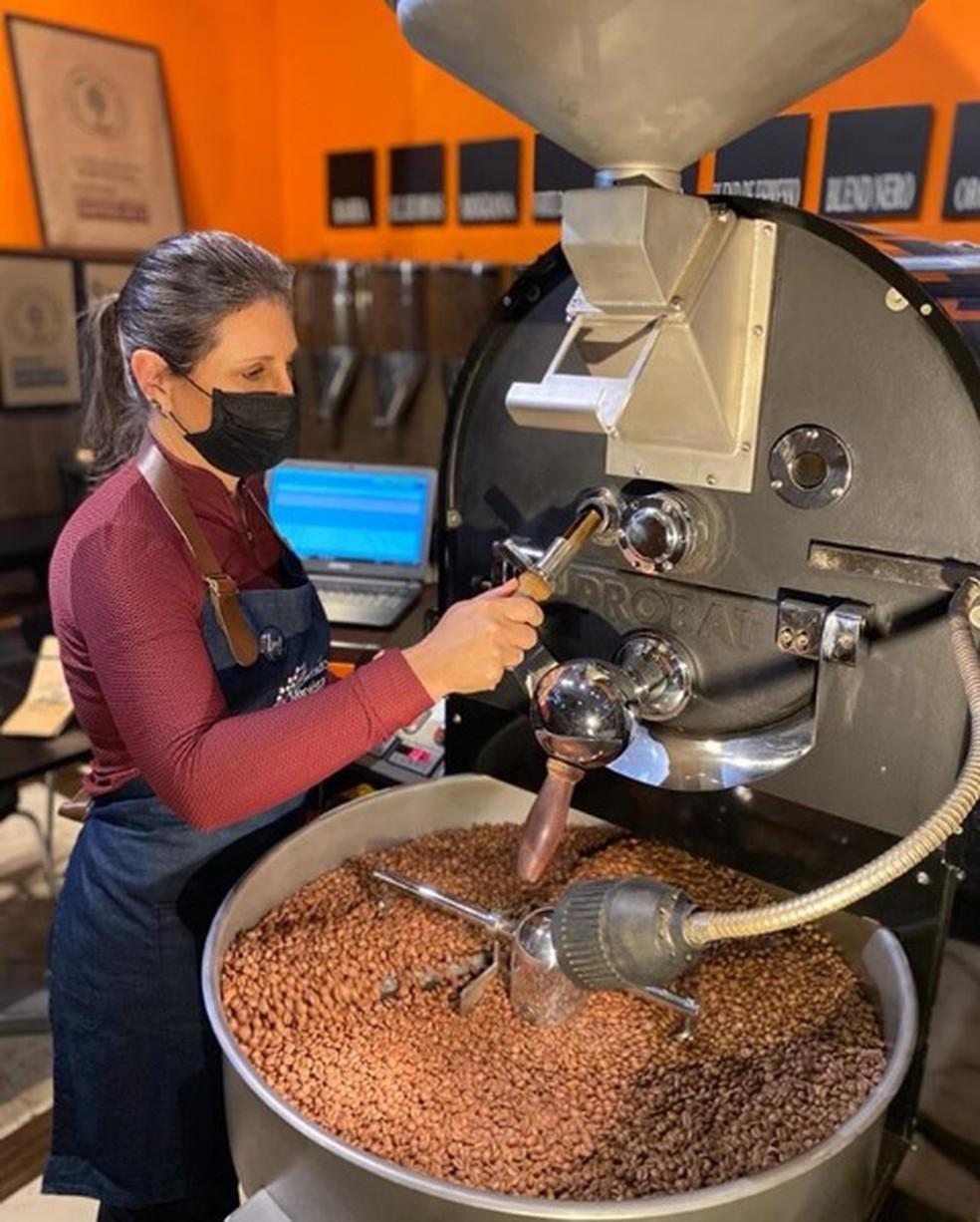 Georgia Franco de Sousa, proprietária da Lucca Cafés Especiais, trabalhando na torra dos cafés — Foto: Reprodução Instagram/@luccacafesespeciais