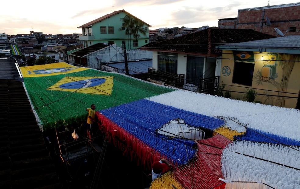 Moradores enfeitam a rua 3, em Manaus (Foto: Bruno Kelly/Reuters)