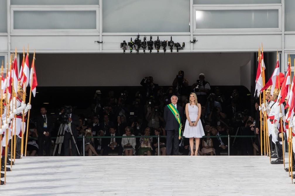 O ex-presidente Michel Temer aguarda ao lado de sua mulher, Marcela, no Palácio do Planalto antes da chegada de Jair Bolsonaro — Foto: Fábio Tito/G1