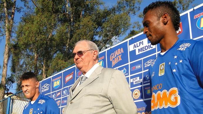 Cruzeiro apresenta Marquinhos e Neilton; atrasado, Manoel fica de fora