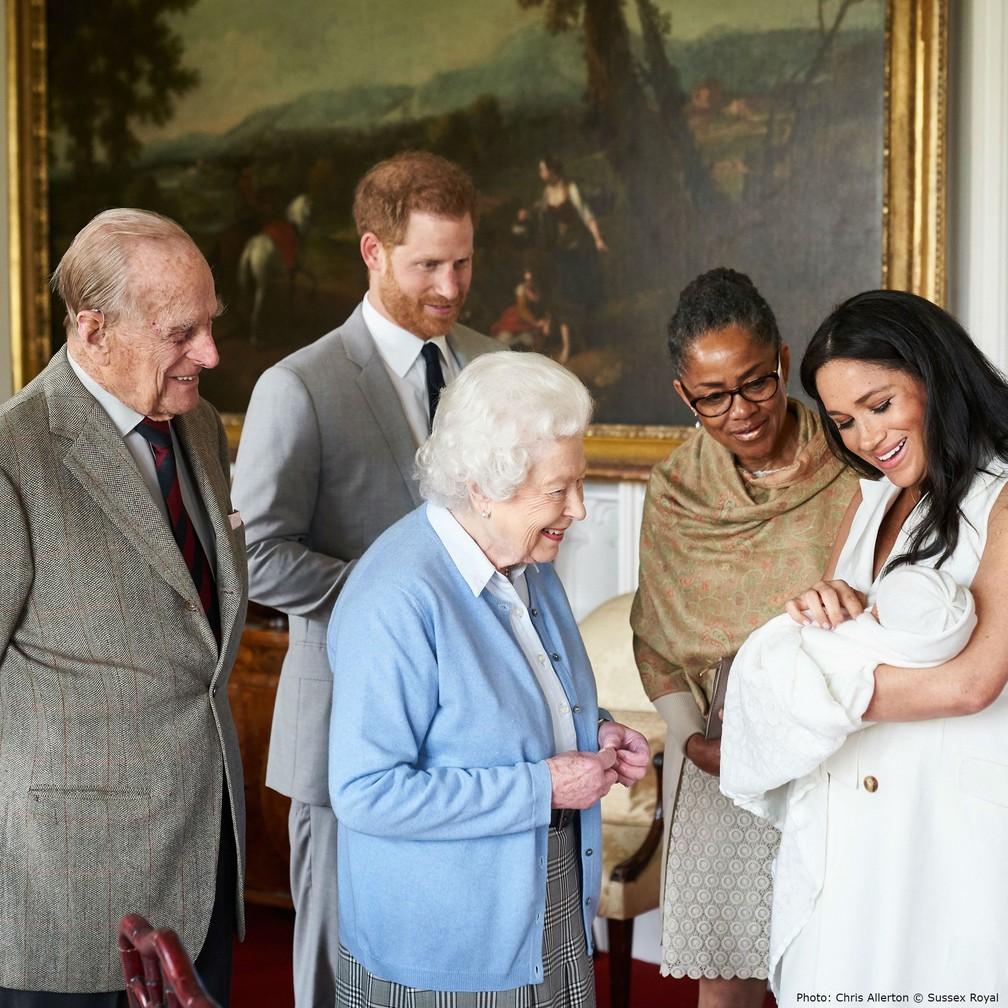 Archie foi apresentado aos bisavós, a rainha Elizabeth II e o príncipe Philip, nesta quarta (8). — Foto: Reprodução/Instagram