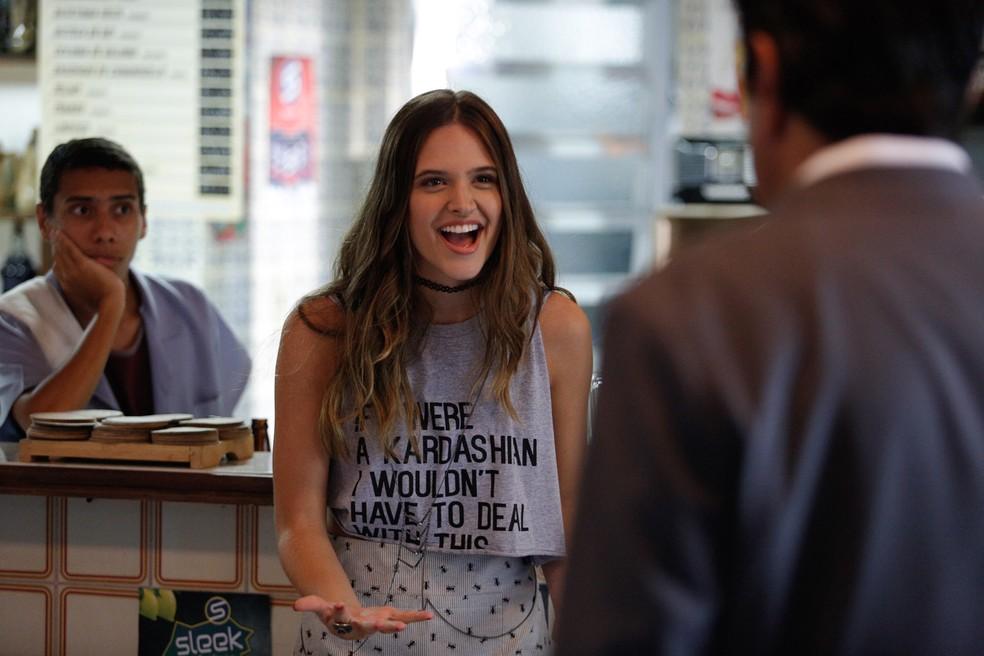 Cassandra (Juliana Paiva) pede para o pai comprar o apartamento de Carol — Foto: Pedro Carrilho / Gshow