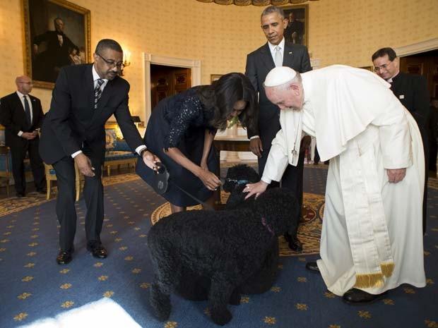 Michelle Obama apresenta os cachorros da família Obama ao Papa Francisco durante sua visita à Casa Branca nesta quarta-feira (23)  (Foto: L'Osservatore Romano via AP)