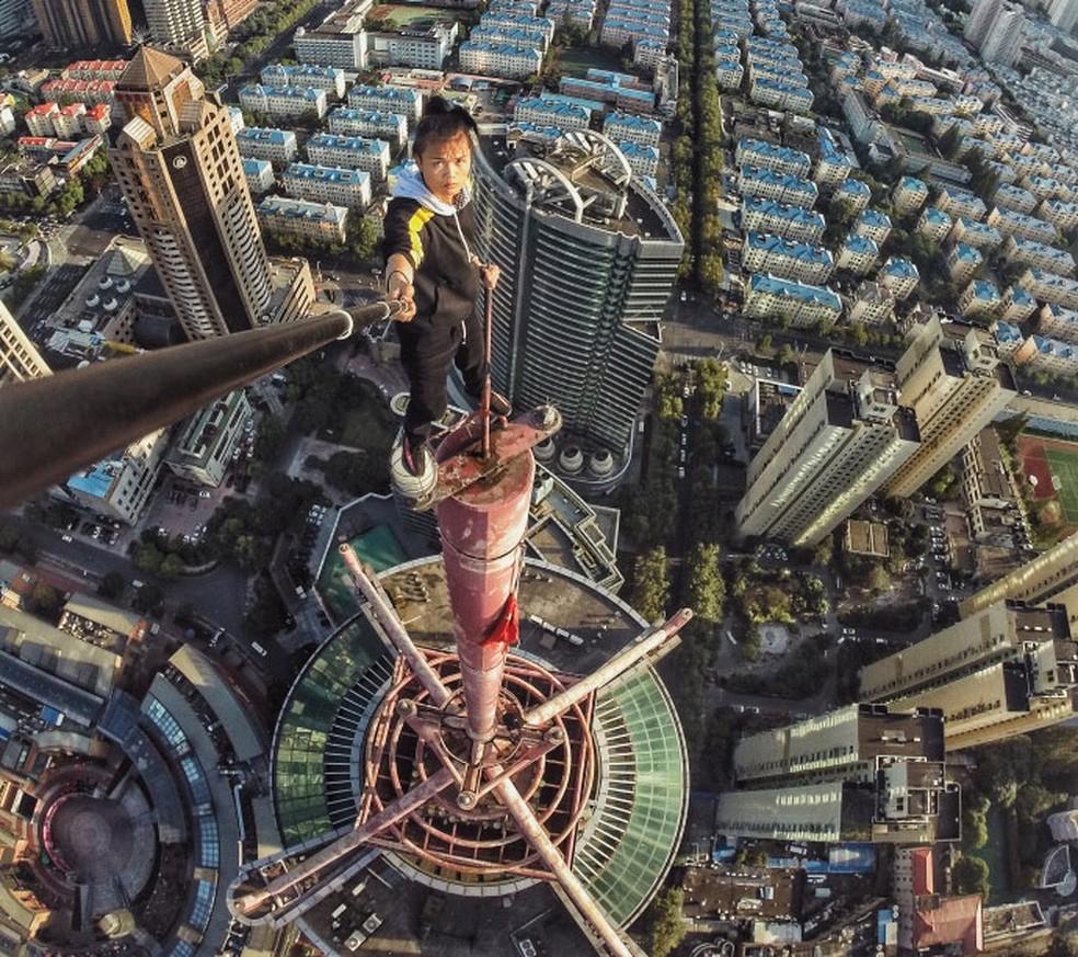 Wu Yongning no topo de uma torre em Shangai, em foto publicada em 2 de novembro (Foto: Reprodução/Weibo/Wu Yongning)