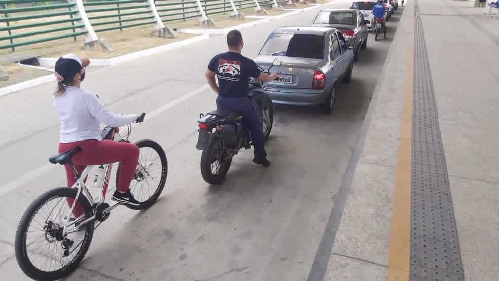 Mulher se vacina de bicicleta em drive thru para economizar gasolina em Teresina: 'muito cara' — Foto: Renan Nunes/TV Clube